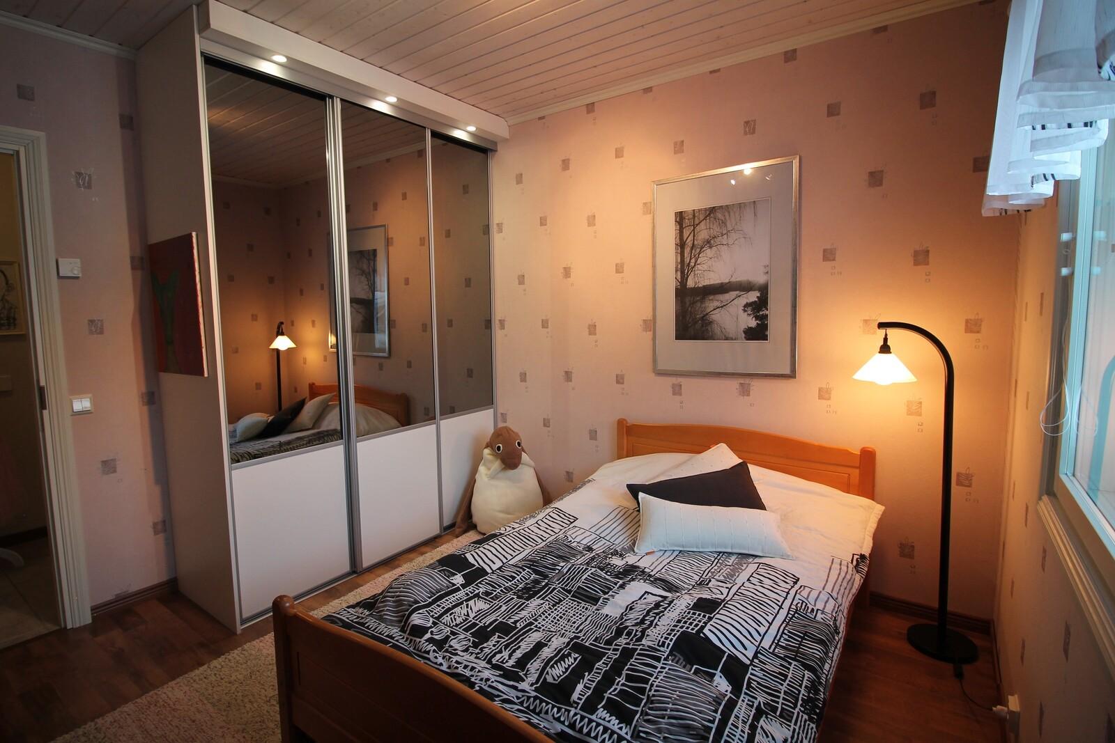 2.makuuhuone, jossa on suuri liukuovellinen kaappi.