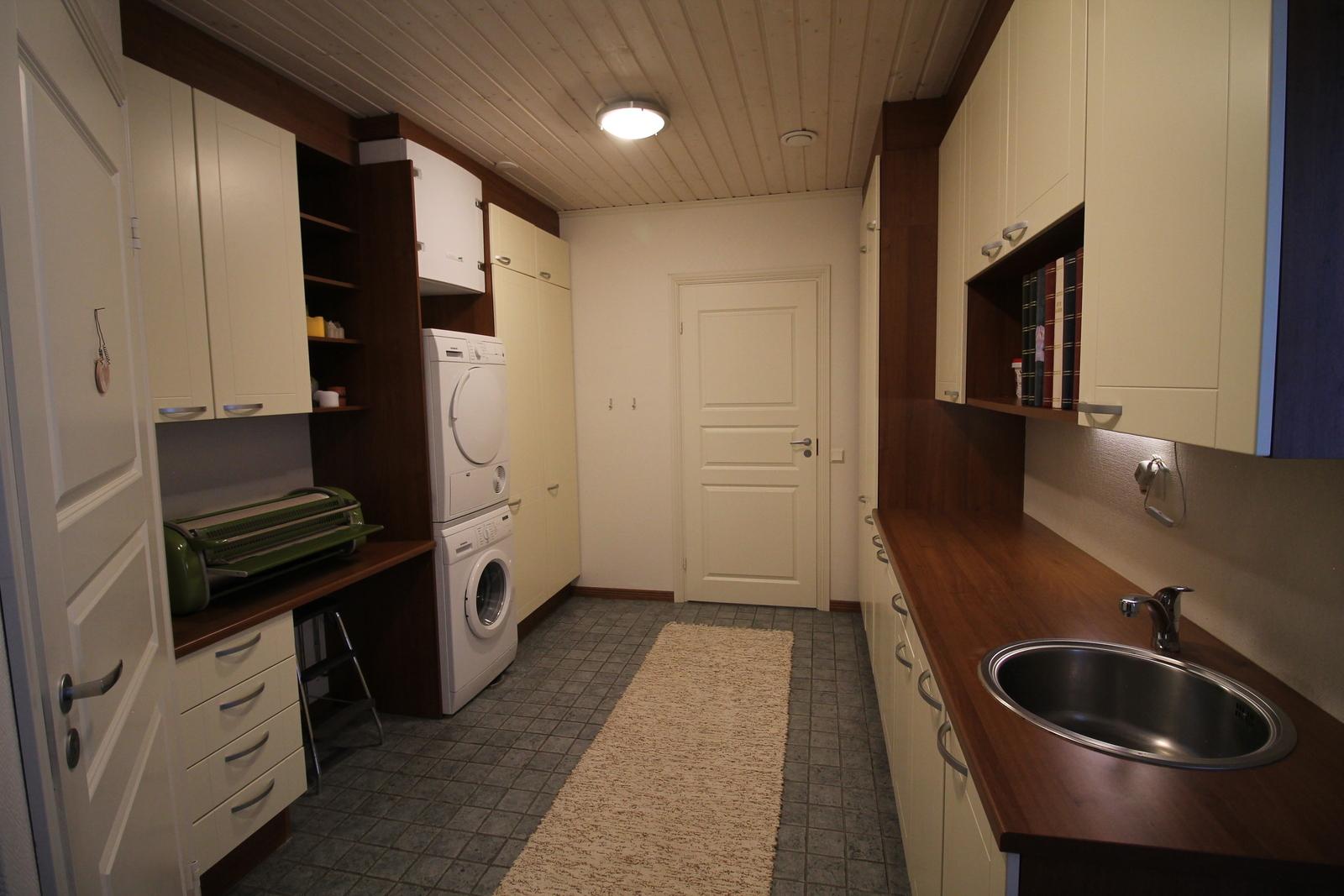 Kodinhoitohuone. Päässä ovi käytävään. Vasemmalla ovi toiseen wc:hen.