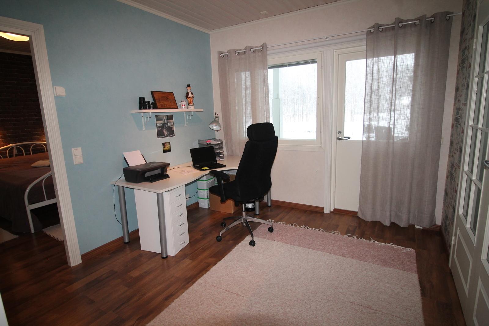 Työhuoneesta on käynti myös terassille ja näkymä lammelle.