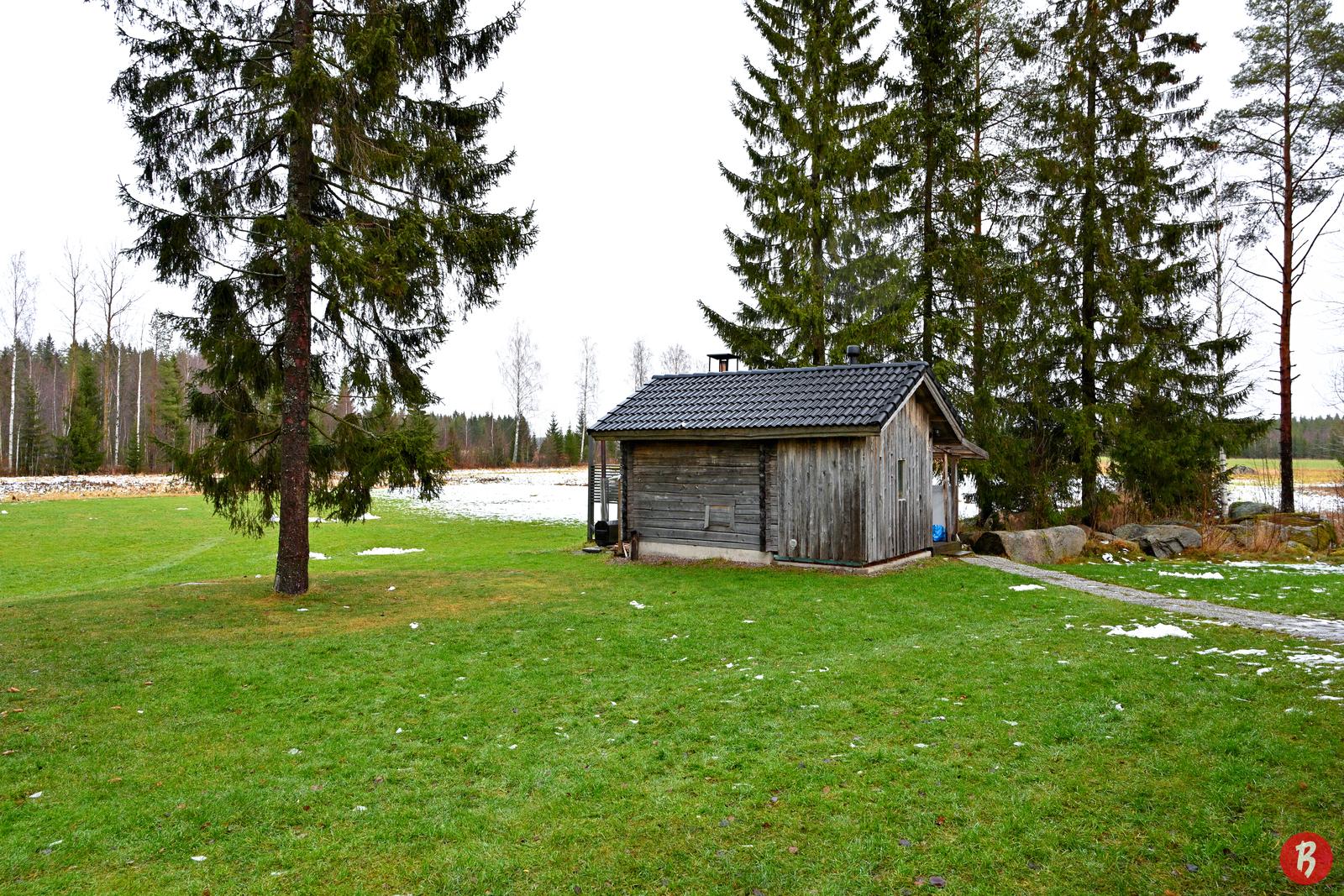 Ulkosauna rakennettu vanhaan hirsikehikkoon.