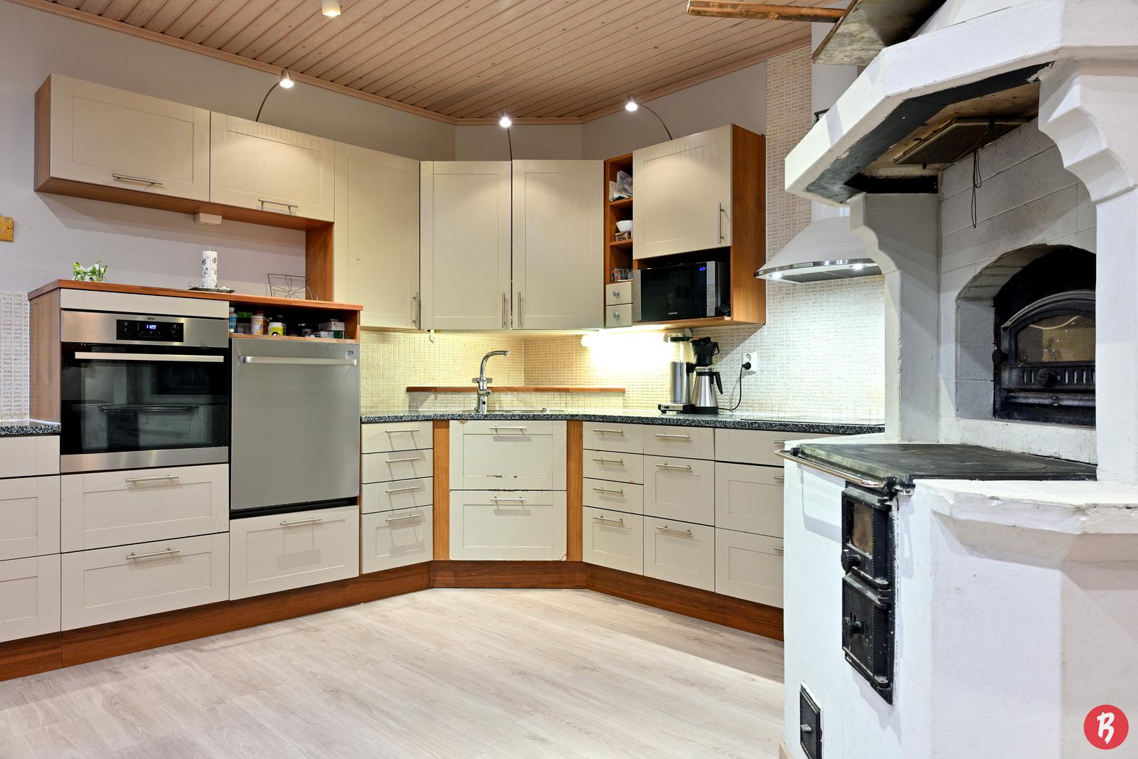 Keittiössä mahtuu useampikin kokki ja leipuri työskentelemään samaan aikaan.