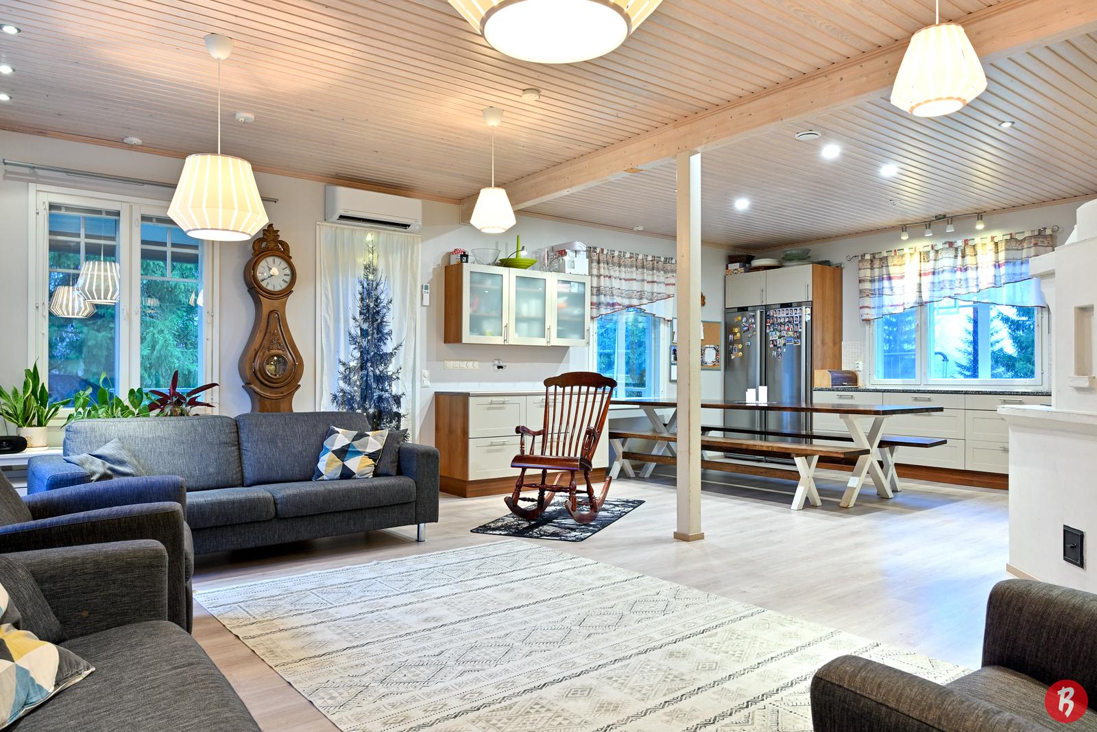 Keittiö ja olohuone muodostavat alakerran toiseen päätyyn suuren yhtenäisen tilan, josta on kulku katetulle terassille.
