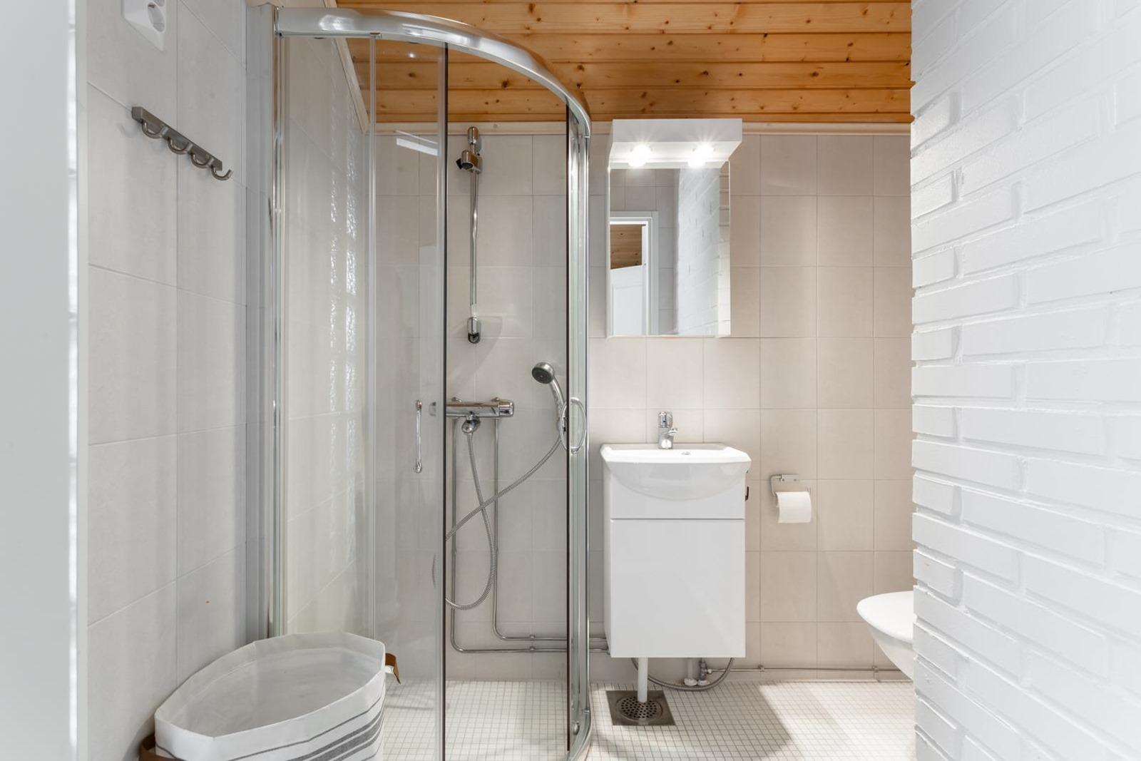 Yläkerran wc varustettuna suihkulla