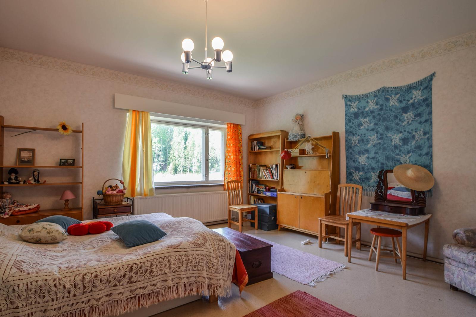 Toisen kerroksen kaksion makuuhuone