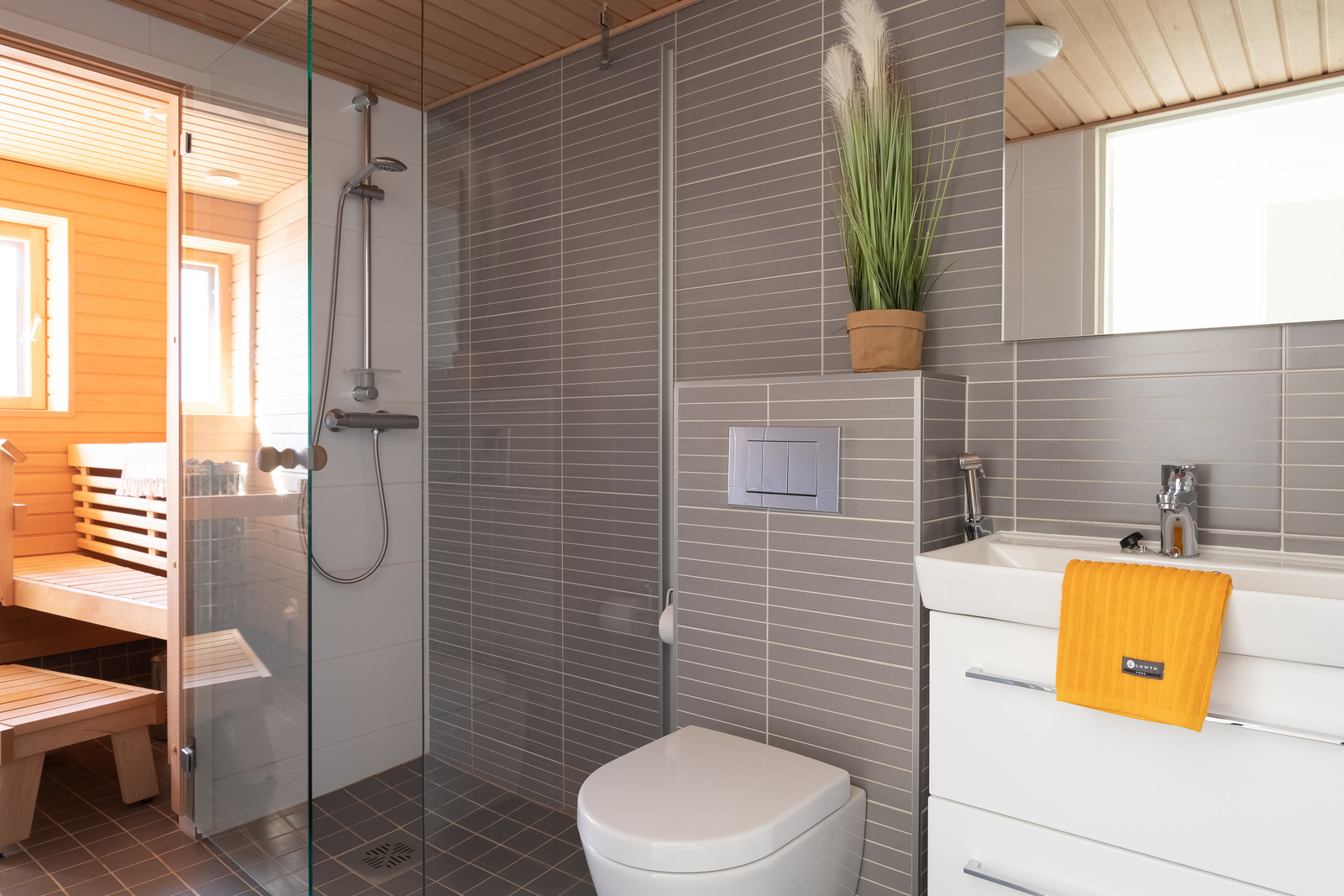 Makuuhuoneen yhteydessä kph ja sauna