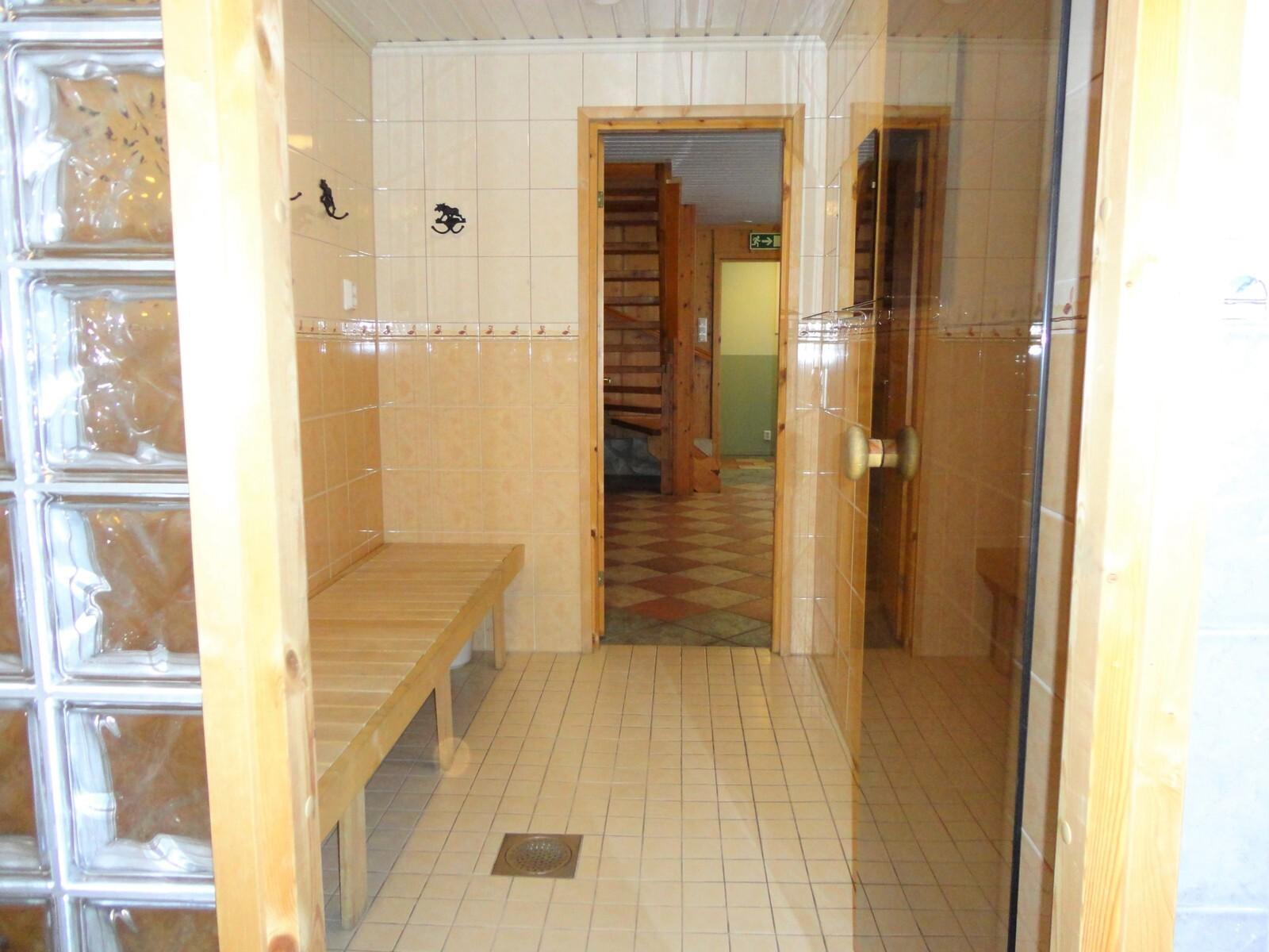 Päärakennuksen saunan pukuhuone