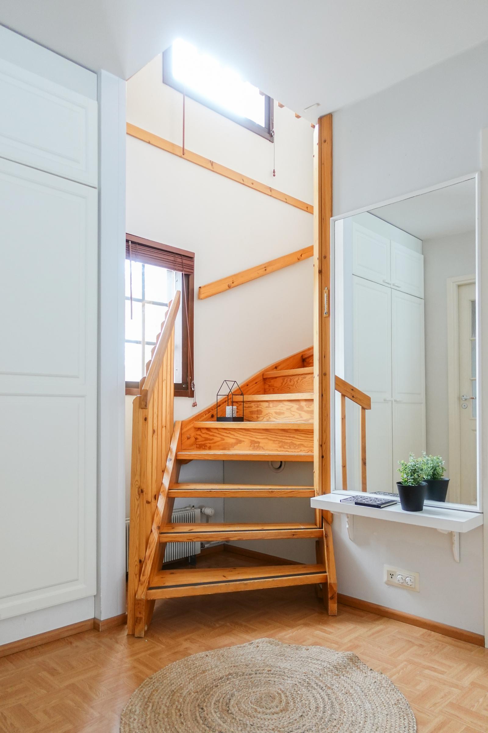 Yläkertaan vievässä portaikossa on näyttävät ikkunat