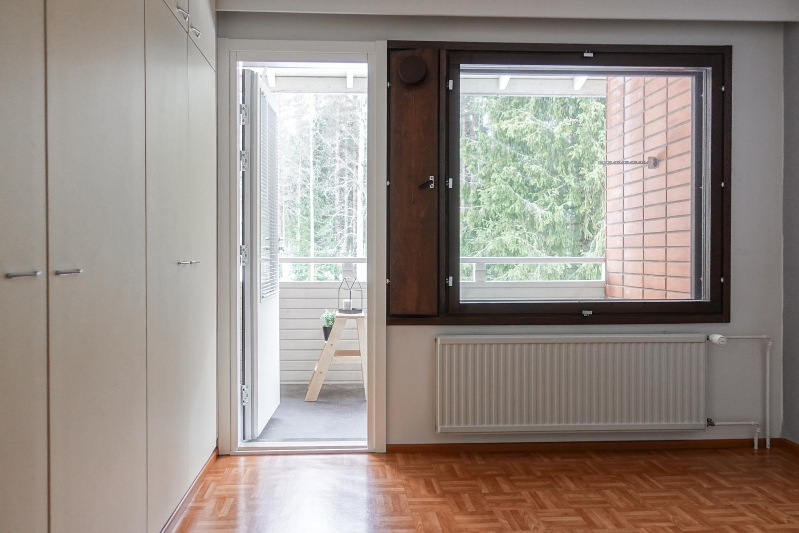 Yläkerran makuuhuoneen yhteydestä käynti parvekkeelle