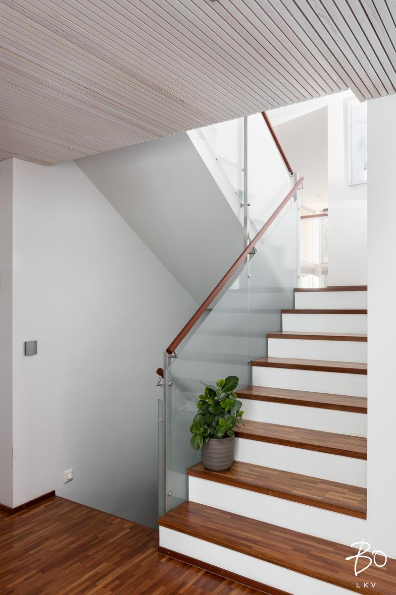Portaat ovat betoniset ja lasikaiteet tuovat ilmavuutta