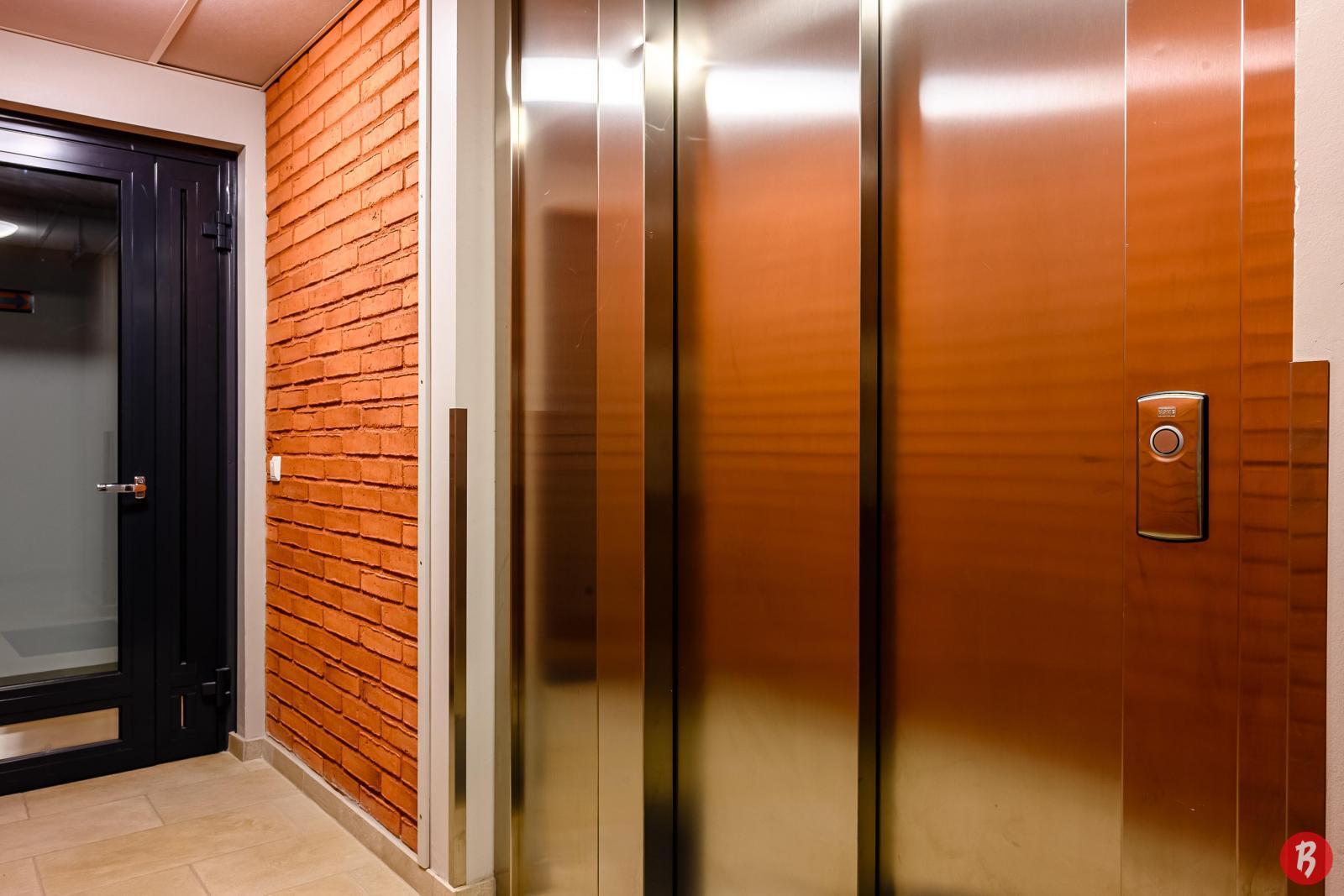 Taloyhtiössä on tilava hissi