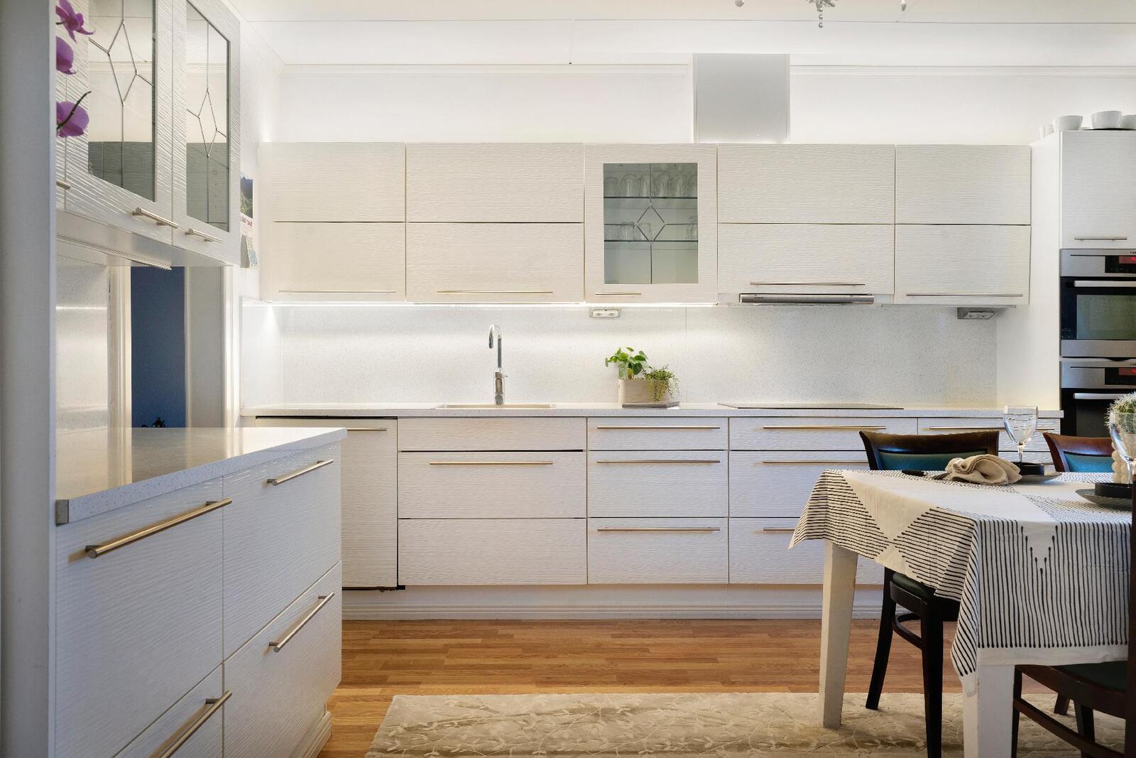 Valoisa ja valkoinen keittiö