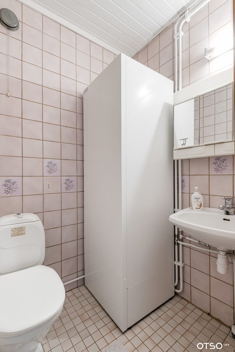 Toinen wc, jossa myös lämminvesivaraaja.