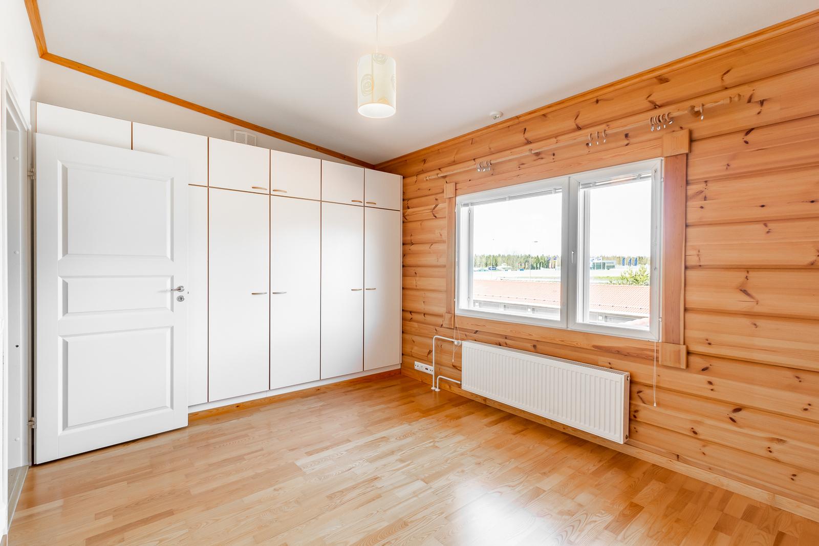 Makuuhuone yläkerrassa / Sovrum på övre våning