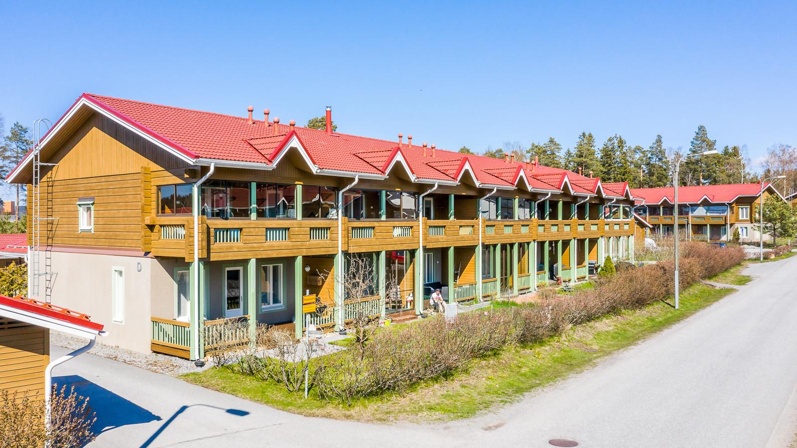 Tyylikäs hirsirakenteinen talo / Stiligt stockhus