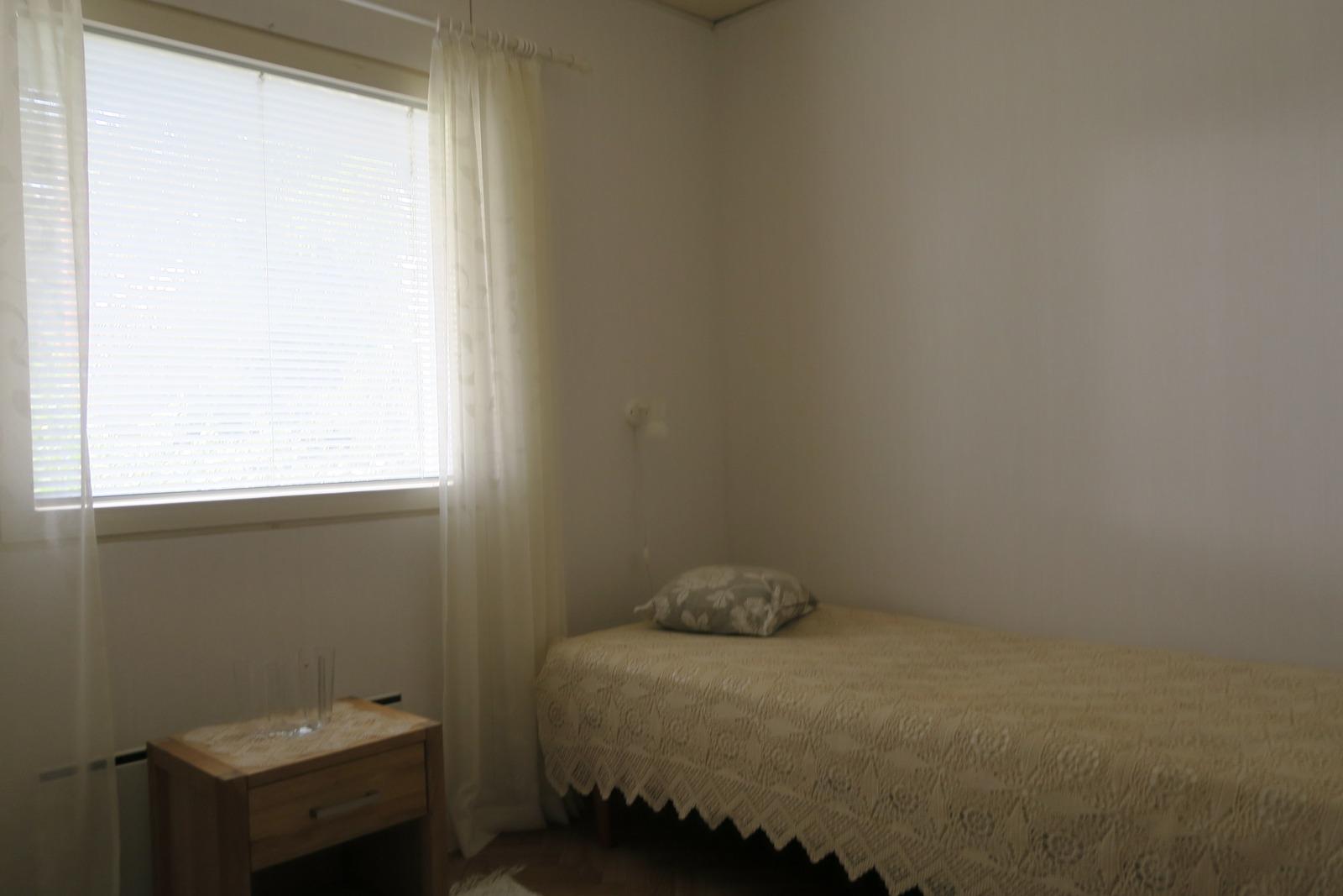 makuuhuone vaatehuoneella...