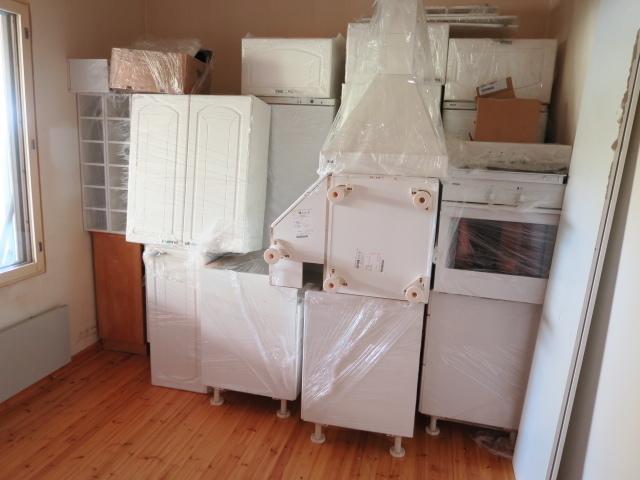 Käytetyt keittiökalusteet ja koneet kuuluvat kauppaan.