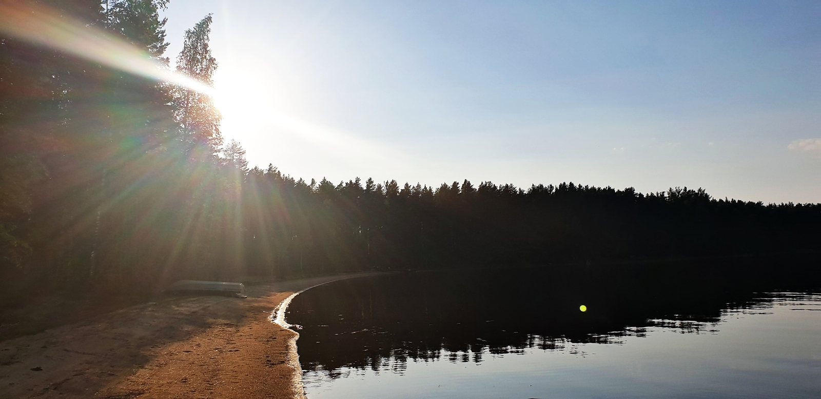 Ilta-aurinko paistaa hyvin rannalle.