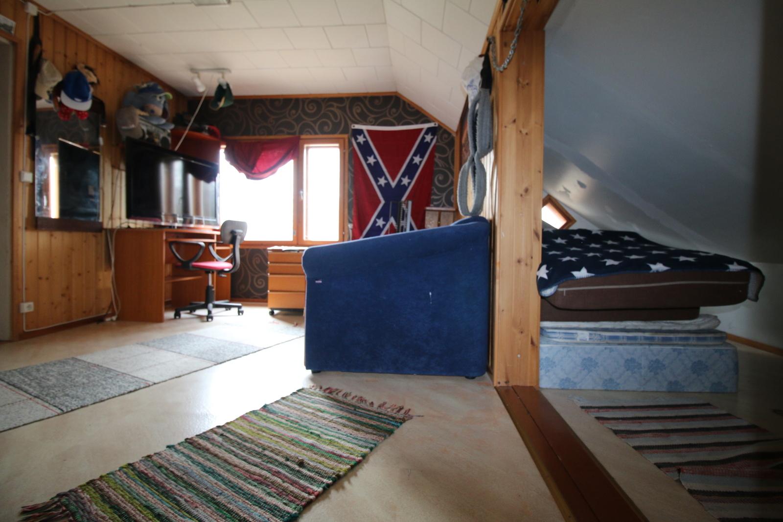 Yläkerran huone ja alkovi