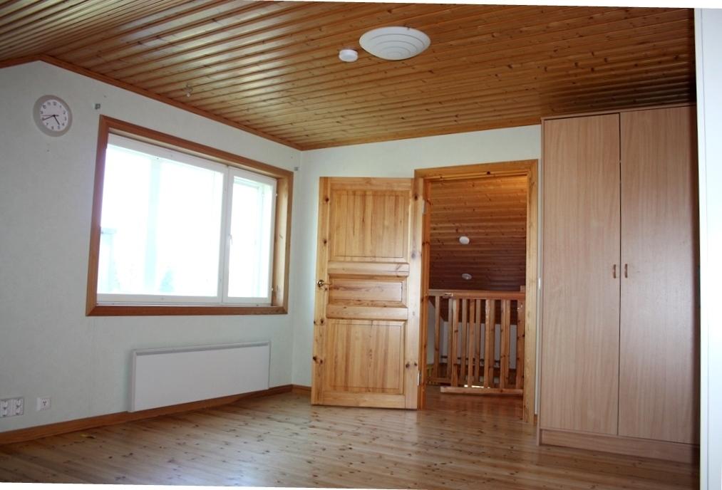 Yläkerran pienempi huone