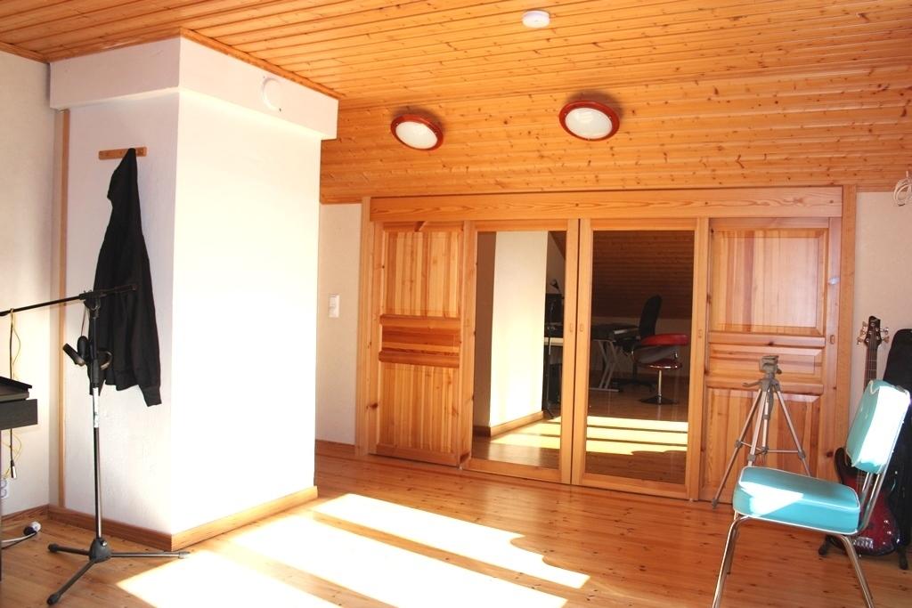 Yläkerran iso huone ja vaatehuone