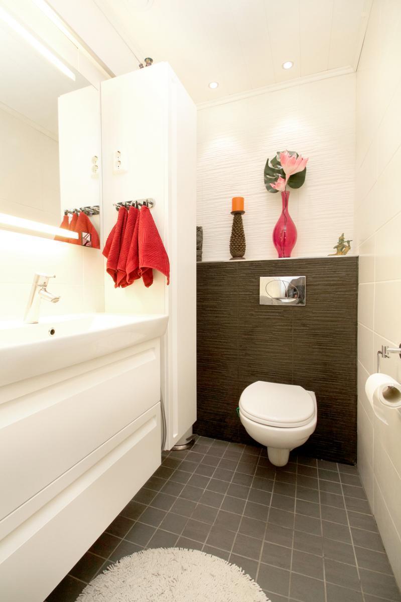 Tilavassa wc:ssä kaappi- ja pöytätasotilaa.