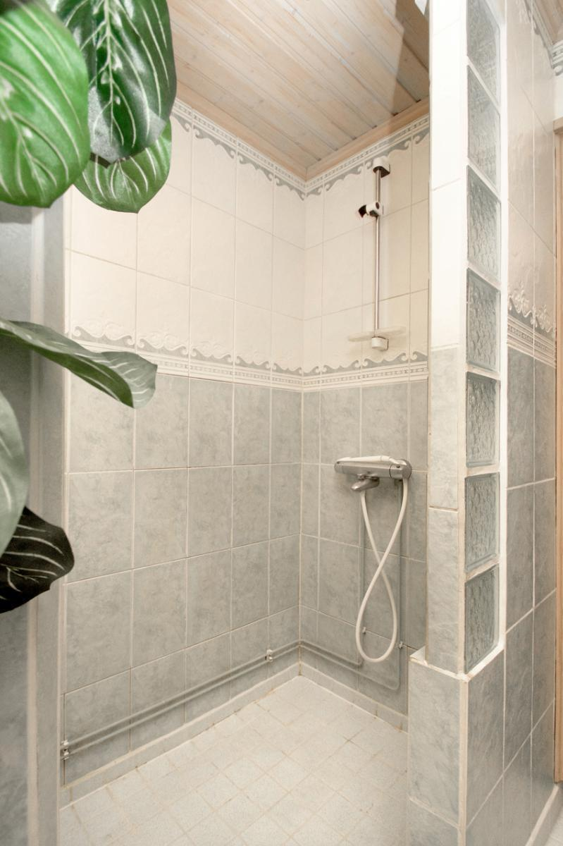 Suihkuseinä kylpyhuoneessa.