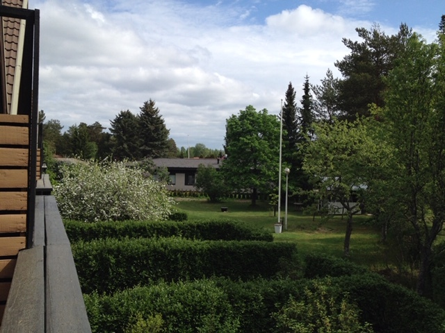 Näkymä parvekkeelta takapihalle