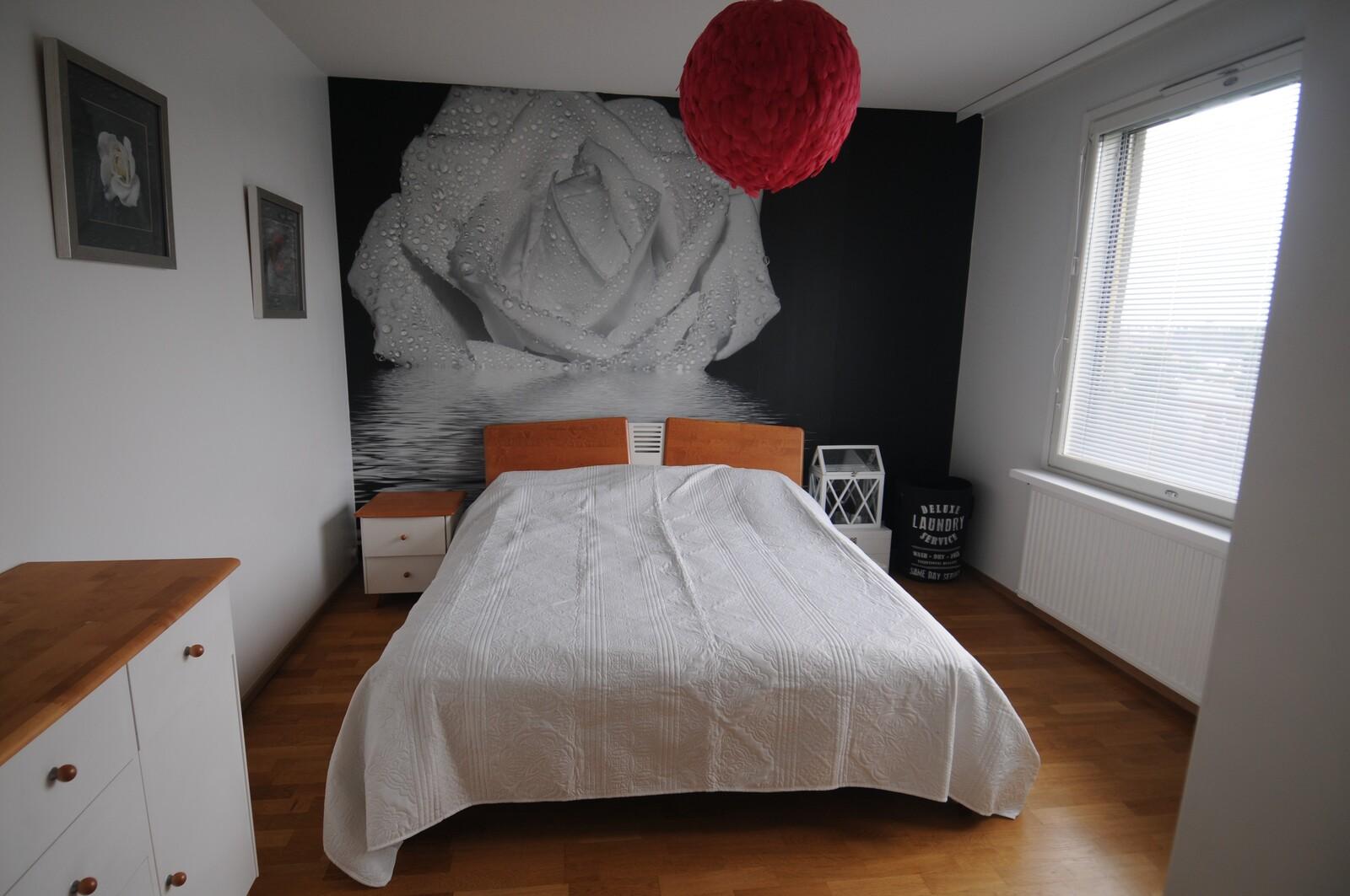 Makuuhuoneessa on 160 cm leveä vuode. Huone on talon etelä-länsi kulmassa.