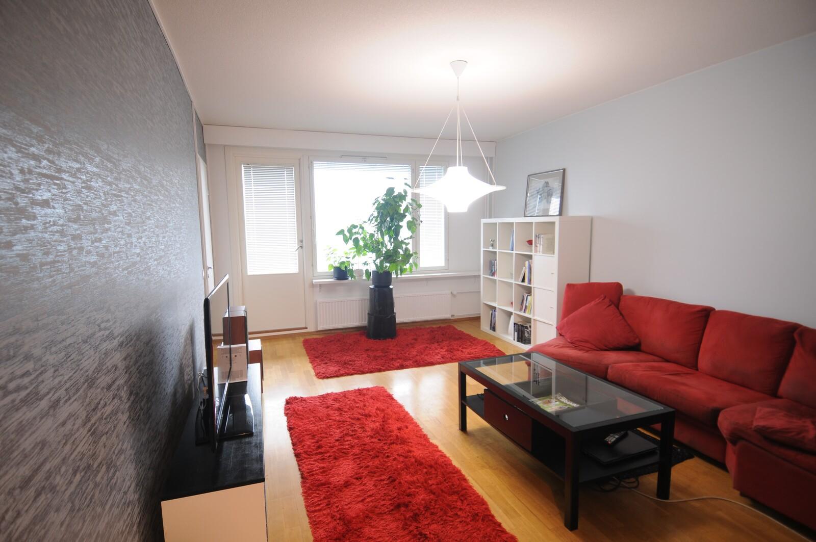 Olohuoneessa on kaksi antennipaikkaa ja riittävästi yhtenäistä seinäpintaa --> helppo sisustaa.