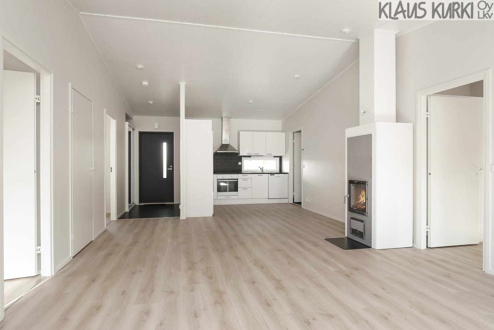 Olohuone ja keittiö korkeata yhtenäistä tilaa.