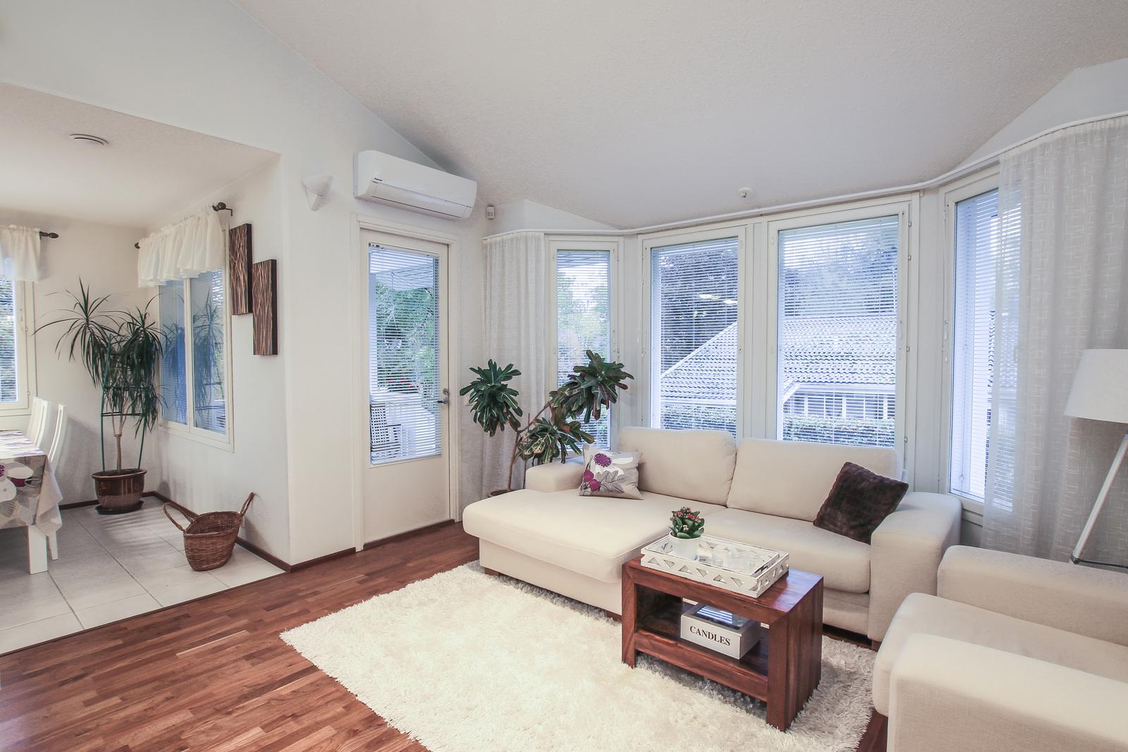 olohuone ja käynti terassin kautta pihalle