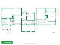 Suuntaa antava pohjakuva talon ala- ja yläkerrasta