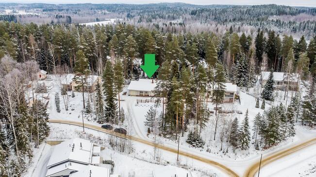 Oma jylhä 1400 m2:n mäntykankainen rinnetontti...