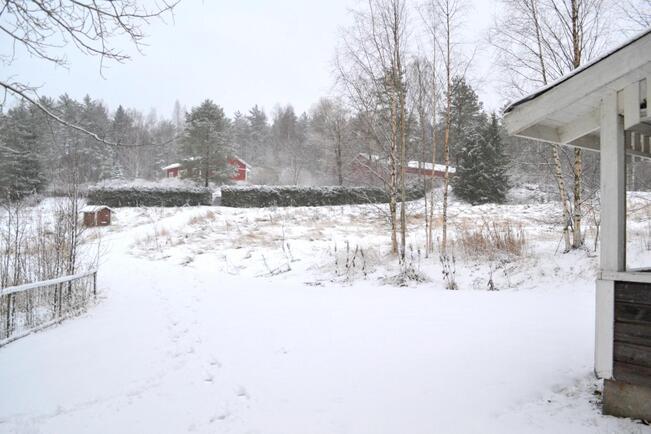 Rantasaunalta talolle päin kuvattuna