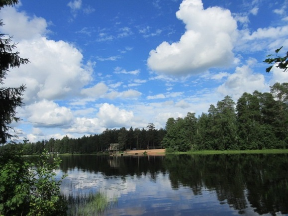 ...sekä apteekkiin n. 1 km ja Pitkäjärven hiekka...