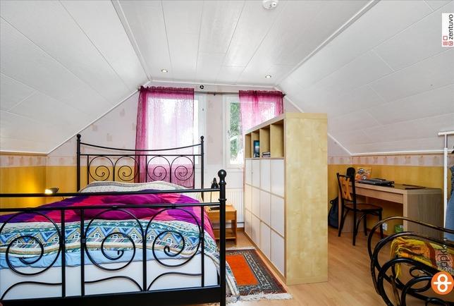 Yläkerrassa kaksi makuuhuonetta
