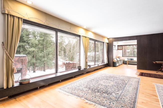 Isot ikkunat tuovat paljon valoa huoneistoon