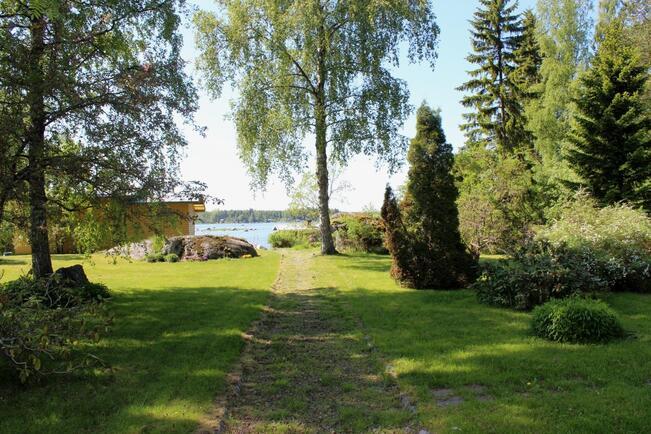 Näkymä tontille Västervikin Huvilatieltä