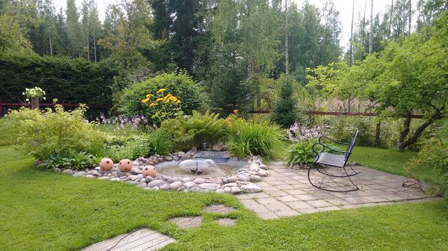 Hyvin hoidettu puutarhamainen pihapiiri