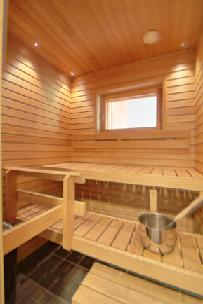 Yläkerran huoneiston sauna, josta näkymä rinteille
