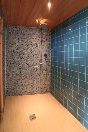 Rantasaunan sihkyvä suihkutila.