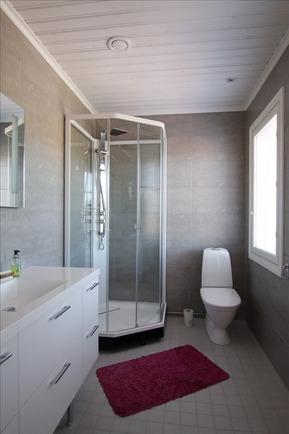 Yläkerran wc:ssä myös suihkukaappi.