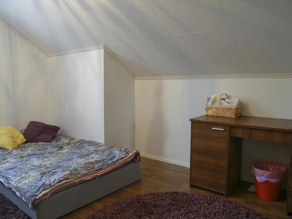 Yläkerrassa 4 pientä makuuhuonetta, yhdistettävi...