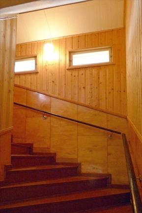 portaikko on leveä yläkertaan