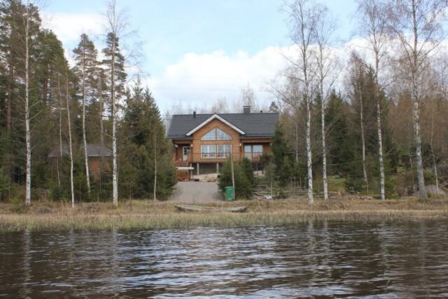Julkisivu järveltä katsottuna