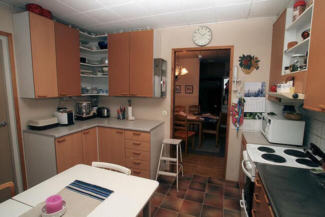 Keittiöstä ruokailutilaan, vas. ovi saunatiloihi...