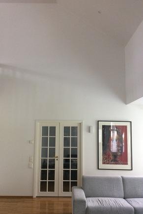 Olohuoneen huonekorkeus on miltei kuusi metriä.