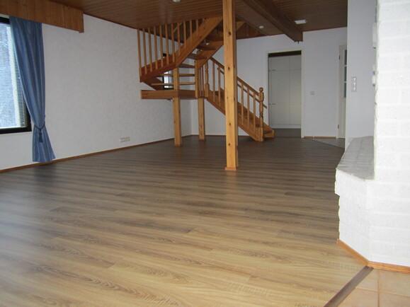 Uusittu tammilautalaminaatti olohuone/työhuone