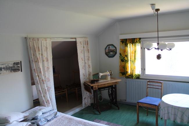 Yläkerran suurempi huone