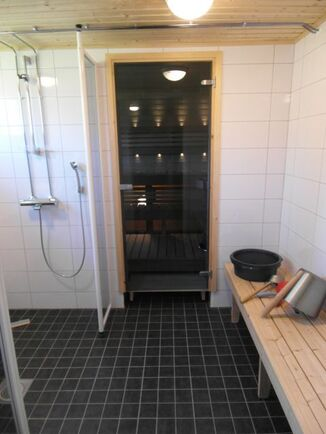 Yhtiön tilojen saneeratut kylpyhuone ja sauna